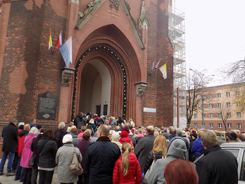 Pielgrzymka do Drzwi Świętych w Bazylice NMP Anielskiej w Dąbrowie Górniczej (22.10.2016) [017]
