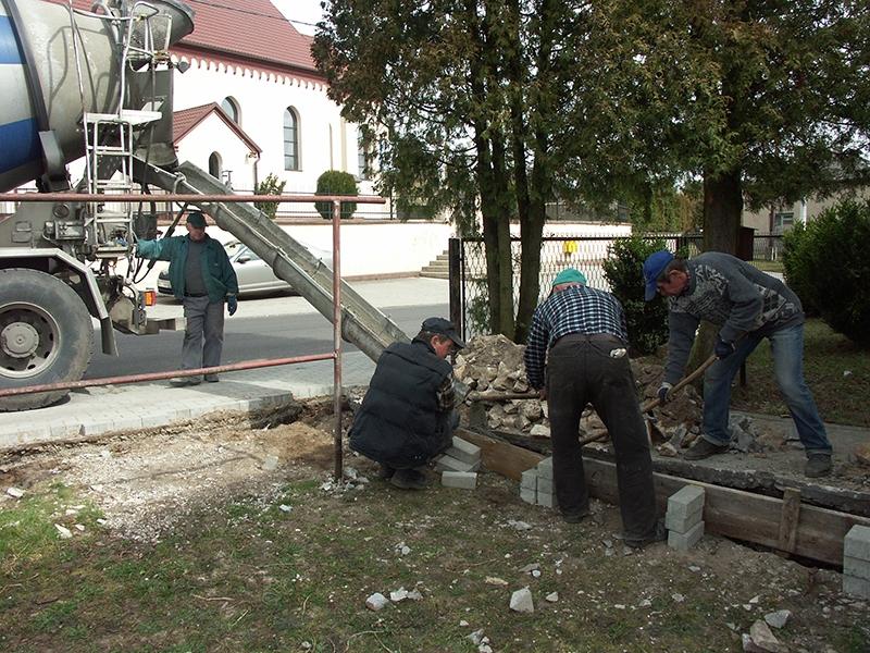 [028] Wymiana ogrodzenia podwórza przy plebanii (30.03.2016) (4)