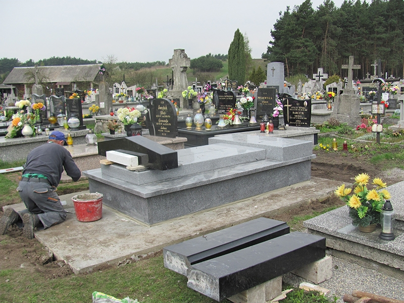 [036] Remont pomnika śp. ks. Jana Opałacza na cmentarzu parafialnym (19.04.2016) (3)