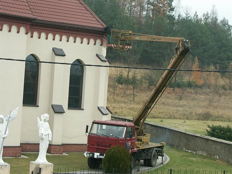 [043] Czyszczenie rynien przy bydynku kościoła (24.11.2016)