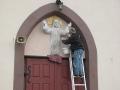 [038] Odnawianie rzeźby Pana Jezusa nad wejściem do kościoła (19.04.2016) (1)