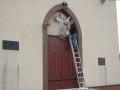 [039] Odnawianie rzeźby Pana Jezusa nad wejściem do kościoła (19.04.2016) (2)