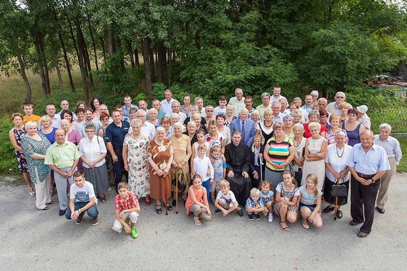 [015] Ks. Mariusz Wróbel z mieszkańcami Krzywopłot po skończonej Mszy Św. (10.08.2014)