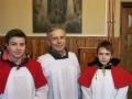 [040] Kościelny Józef Grzanka z ministrantami w zakrystii (28.02.2016)